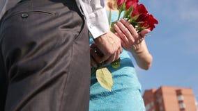 Η συνεδρίαση του ζεύγους για μια ημερομηνία, δόσιμο νεαρών άνδρων κόκκινο ανήλθε στην όμορφη φίλη του απόθεμα βίντεο