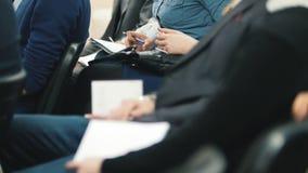 Η συνεδρίαση των ακροατηρίων - eople συνεδρίαση και ακούει τη διάσκεψη ή την παρουσίαση, εργαστήριο, κύρια κατηγορία απόθεμα βίντεο