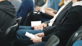 Η συνεδρίαση των ακροατηρίων - eople συνεδρίαση και ακούει τη διάσκεψη ή την παρουσίαση, εργαστήριο, κύρια κατηγορία φιλμ μικρού μήκους