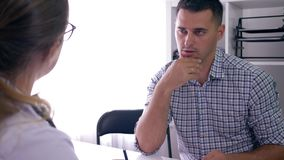 Η συνομιλία για την υγεία ατόμων, νέος τύπος στην υποδοχή γιατρών ανακάλυψε τις κακές ειδήσεις για την υγεία και ήταν απόθεμα βίντεο