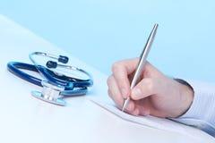 η συνταγή γιατρών γράφει Στοκ Φωτογραφία