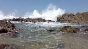 Η συντριβή κυμάτων πέρα από τους βράχους και γεμίζει Tidepool χαμηλά πλεονέκτά 2 απόθεμα βίντεο