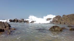 Η συντριβή κυμάτων πέρα από τους βράχους και γεμίζει Tidepool χαμηλό πλεονέκτημ 1 απόθεμα βίντεο