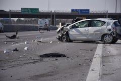 η συντριβή σύγκρουσης αυτοκινήτων αυτοκινήτων μεγάλη έχει παγωμένη την εθνική οδός ταχύτητα Στοκ Εικόνες
