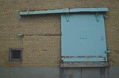 Η συρόμενη πόρτα κιρκιριών στο παλαιό εργοστάσιο στοκ φωτογραφία με δικαίωμα ελεύθερης χρήσης