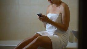 Η συσκευή έθισε τη γυναίκα χρησιμοποιώντας το τηλέφωνο στο λουτρό, που γαντζώθηκαν στο smartphone, νέο app απόθεμα βίντεο