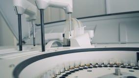 Η συσκευή ανάλυσης κλινικής χημείας εξετάζει τα δείγματα φιλμ μικρού μήκους