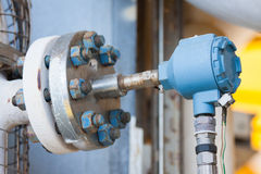 Η συσκευή αποστολής σημάτων πίεσης στη διαδικασία πετρελαίου και φυσικού αερίου, στέλνει το σήμα στον ελεγκτή και την πίεση ανάγνω Στοκ Εικόνες