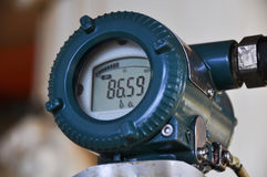 Η συσκευή αποστολής σημάτων πίεσης στη διαδικασία πετρελαίου και φυσικού αερίου, στέλνει το σήμα στον ελεγκτή και την πίεση ανάγν Στοκ Φωτογραφίες