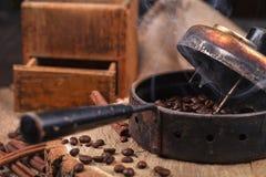 Η συσκευή για τα φασόλια καφέ, ένας μύλος παλαιών χεριών στοκ φωτογραφία με δικαίωμα ελεύθερης χρήσης