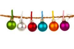 Η συλλογή μπιχλιμπιδιών Χριστουγέννων κρεμά στο σχοινί Στοκ Εικόνες