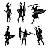 Η συλλογή σχεδίων των σκιαγραφιών των αφρικανικών φυλετικών πολεμιστών στο κοστούμι μάχης και τα όπλα δίνουν τη συρμένη απεικόνισ ελεύθερη απεικόνιση δικαιώματος