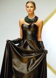 Η συλλογή της Laura Olteanu στο στενό διάδρομο στην εβδομάδα μόδας του Βουκουρεστι'ου παρουσιάζει στοκ εικόνα