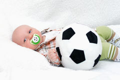 η σφαίρα ανασκόπησης προκαλεί σκασίματα λίγο λευκό ποδοσφαίρου Στοκ Φωτογραφία
