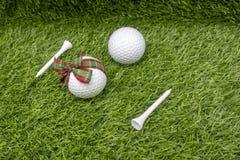 Η σφαίρα γκολφ είναι στις διακοπές Χριστουγέννων Στοκ εικόνες με δικαίωμα ελεύθερης χρήσης