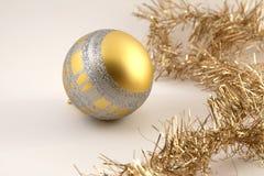 η σφαίρα είναι μπορεί εποχιακός προγραμμάτων διακοπών διακοσμήσεων Χριστουγέννων χρησιμοποιούμενος Στοκ Εικόνες