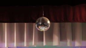 Η σφαίρα καθρεφτών απεικονίζει το άσπρο φως Σφαίρα Disco με τις απεικονισμένες κινούμενες ακτίνες φιλμ μικρού μήκους