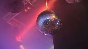Η σφαίρα καθρεφτών Disco απεικονίζει το μπλε και το κόκκινο φως απόθεμα βίντεο