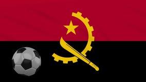 Η σφαίρα κυματισμού και ποδοσφαίρου σημαιών της Ανγκόλα περιστρέφεται, βρόχος ελεύθερη απεικόνιση δικαιώματος