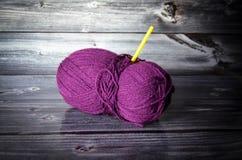 Η σφαίρα μαλλιού πλέκει Στοκ φωτογραφία με δικαίωμα ελεύθερης χρήσης