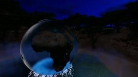 Η σφαίρα με τους ωκεανούς γυαλιού πέρα από τη λίμνη τη νύχτα με τη πανσέληνο απόθεμα βίντεο