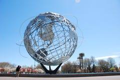 Η σφαίρα παγκόσμιου δίκαιη Unisphere την άνοιξη Στοκ φωτογραφία με δικαίωμα ελεύθερης χρήσης