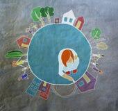 Η σφαίρα, παιδί σύρει με τον πλανήτη κιμωλίας και τους κατοίκους, τα παιδιά και τη σφαίρα της Στοκ Φωτογραφία