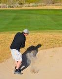 η σφαίρα που πετά το μπροστινό χτυπώντας άτομο ποδιών ασθμαίνει έξω την παγίδα άμμου ορατή Στοκ φωτογραφία με δικαίωμα ελεύθερης χρήσης