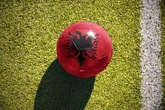 Η σφαίρα ποδοσφαίρου με τη εθνική σημαία της Αλβανίας βρίσκεται στον τομέα Στοκ Εικόνες