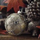 Η σφαίρα Χριστουγέννων, ξεραίνει τα φύλλα και τους κώνους πεύκων Στοκ Φωτογραφίες
