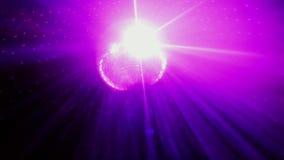 Η σφαίρα Disco με τις φωτεινές ακτίνες περιστρέφεται στο ανώτατο όριο λάμπει στο κόμμα σε σε αργή κίνηση 1920x1080 απόθεμα βίντεο
