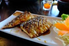 Η σχάρα της Saba ή λέει το σκουμπρί που ψήνεται στη σχάρα με τη γλυκιά σάλτσα σόγιας Στοκ Εικόνες