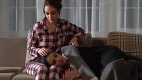 Η σχέση ζευγαρώνει τις αδελφές Ένα από το κορίτσι κοιμάται στα γόνατα άλλο, αυτή που κτυπά την τρίχα της και που καλύπτει με απόθεμα βίντεο