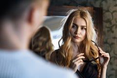 Η σχέση μεταξύ ενός άνδρα και μιας γυναίκας Το νέο όμορφο κορίτσι εξετάζει το φίλο της στοκ εικόνα με δικαίωμα ελεύθερης χρήσης