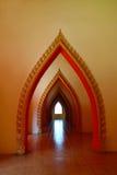 Η σχηματισμένη αψίδα είσοδος του ναού Στοκ Εικόνες