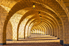 Η σχηματισμένη αψίδα κιονοστοιχία πετρών με τα φανάρια Στοκ Φωτογραφίες