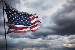 Η σχισμένη παλαιά κινηματογράφηση σε πρώτο πλάνο δακρυ'ων grunge των αμερικανικών ΗΠΑ σημαιοστολίζει, αστέρια και λωρίδες, Ηνωμέν στοκ εικόνα με δικαίωμα ελεύθερης χρήσης