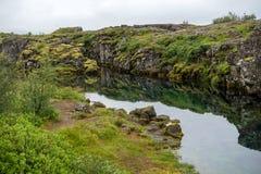 Η σχισμή Silfra, Þingvellir, όπου τα ευρωπαϊκά και αμερικανικά πιάτα συναντιούνται Εθνικό πάρκο Thingvellir κοντά στο Ρέικιαβικ, στοκ εικόνες