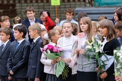Η σχολική γραμμή είναι schoolyard με τους μαθητές Στοκ εικόνα με δικαίωμα ελεύθερης χρήσης