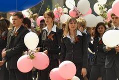Η σχολική γραμμή είναι schoolyard με τους μαθητές Στοκ Εικόνες
