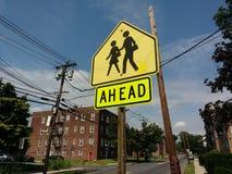 Η σχολική ζώνη υπογράφει μπροστά στοκ εικόνα με δικαίωμα ελεύθερης χρήσης