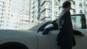 Η σωματοφυλακή ανοίγει τις πόρτες αυτοκινήτων στη επιχειρηματία, παρέχει την ασφάλεια για το VIP πρόσωπο φιλμ μικρού μήκους