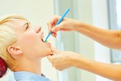 Η σωστή χρήση μιας οδοντόβουρτσας για τέλειο προφορικό Στοκ Φωτογραφία