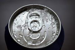 Η σόδα αργιλίου, μπύρα μπορεί με τις πτώσεις νερού Στοκ Φωτογραφία