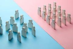 Η σύγκρουση μεταξύ των δύο επιχειρησιακών ομάδων Μια ομάδα ανθρώπων στέκεται ως μονάδα, και άλλες στάσεις ομάδων ανθρώπων ως πλήθ στοκ φωτογραφίες με δικαίωμα ελεύθερης χρήσης