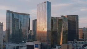 Η σύγχρονα Aria και ξενοδοχείο κινεζικής γλώσσας στο Λας Βέγκας - όμορφη άποψη βραδιού - ΗΠΑ 2017 απόθεμα βίντεο
