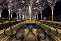 Η σύγχρονη αρχιτεκτονική του πορτογαλικού σταθμού Oriente στην πόλη της Λισσαβώνας Δομές φιαγμένες από γυαλί και con στοκ φωτογραφίες με δικαίωμα ελεύθερης χρήσης