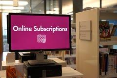 Η σύγχρονη βιβλιοθήκη - βιβλία και περισσότεροι Στοκ φωτογραφίες με δικαίωμα ελεύθερης χρήσης