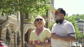 Η σύγχρονη γιαγιά και granddad το περπάτημα στην πόλη και απολαμβάνουν η μια την άλλη απόθεμα βίντεο