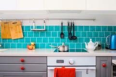 Η σύγχρονη γκρίζα κουζίνα χαρακτηρίζει τα σκούρο γκρι επίπεδα μπροστινά γραφεία που ζευγαρώνονται με άσπρα countertops χαλαζία στοκ φωτογραφίες με δικαίωμα ελεύθερης χρήσης